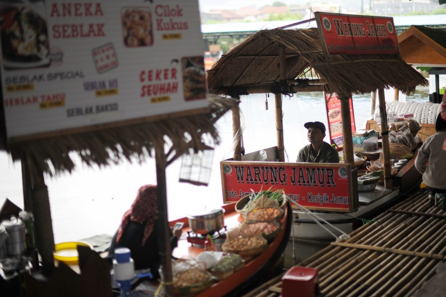 A very fake 'floating market'.  A concrete pond with some poor souls cooking food in tethered dinghies.  This fit with the general 'theme park' style of attractions in Indonesia.